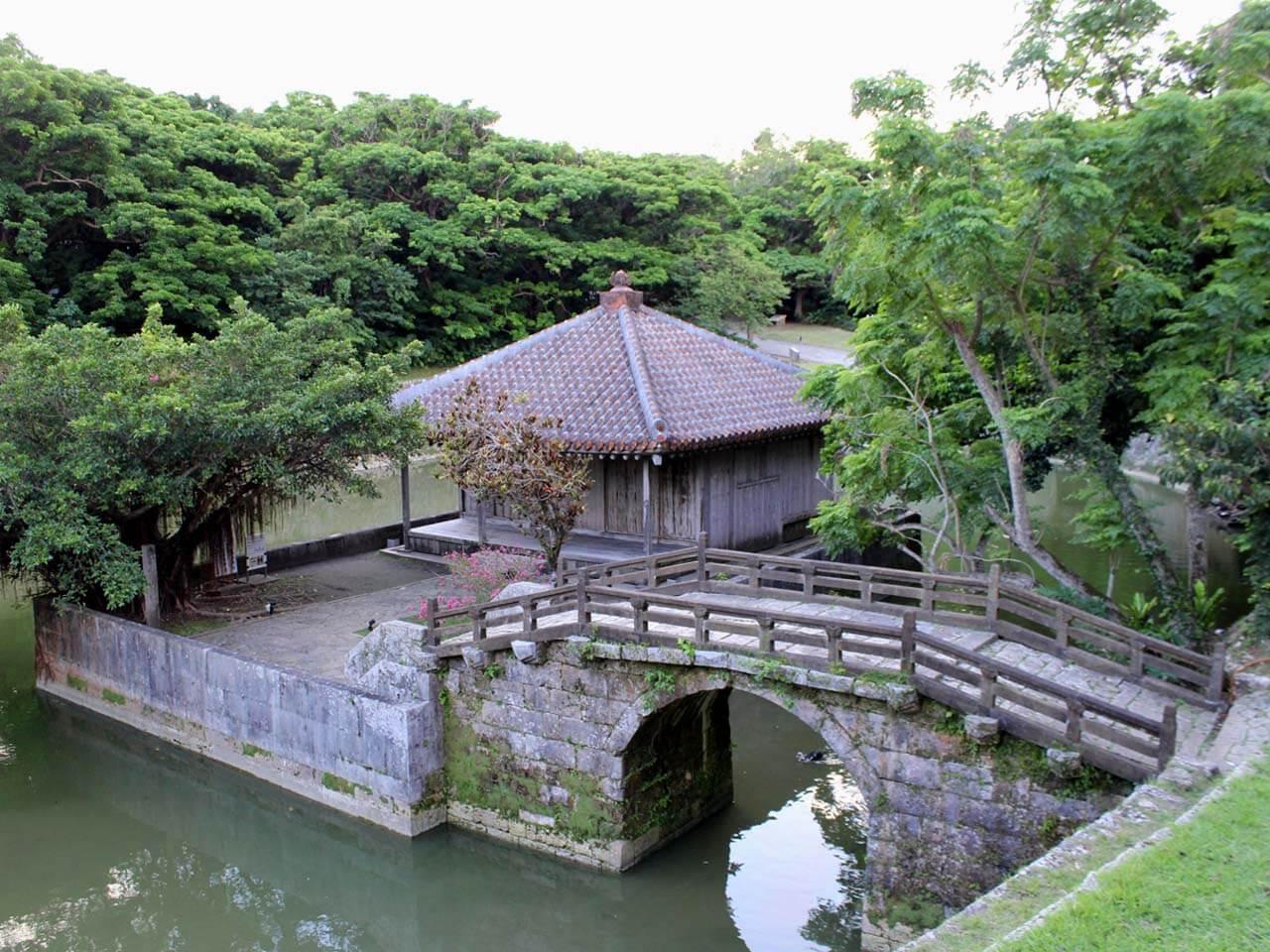 円鑑池と弁財天堂