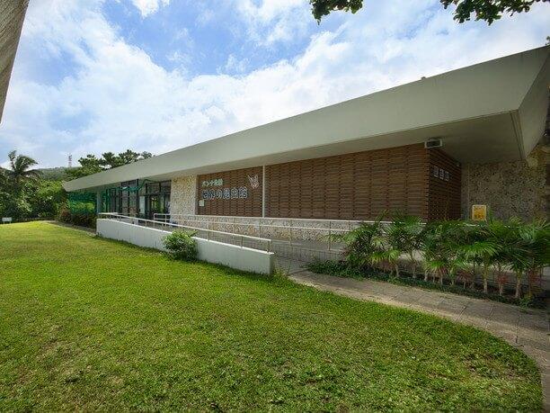 「いしふぐー」と「世界昆虫館」のある建物