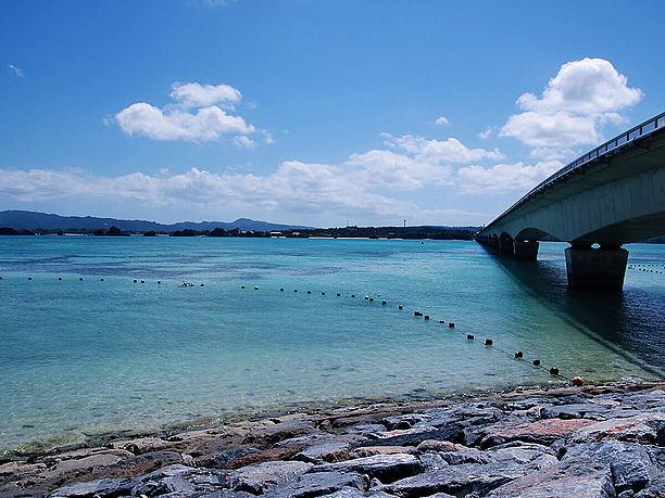 橋の反対側のビーチ