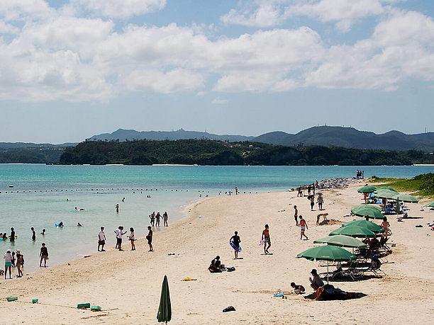 有料レンタルできるパラソルやビーチチェア