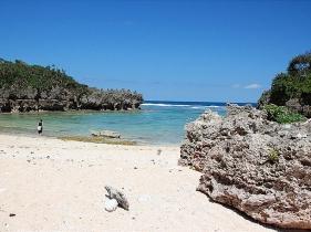 隆起石灰岩に囲まれた浜