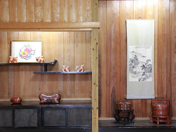 沖縄の美術工芸品が飾られた棚