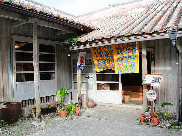 木造赤瓦の建物入口