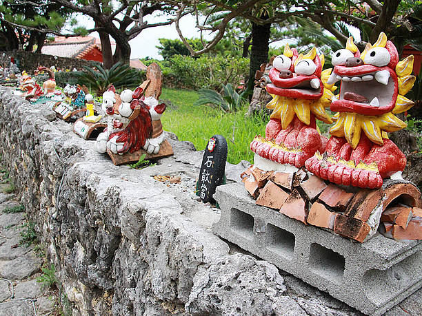 石垣の上に並んだシーサー達
