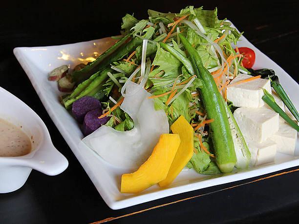 島野菜と島ドーフのサラダ