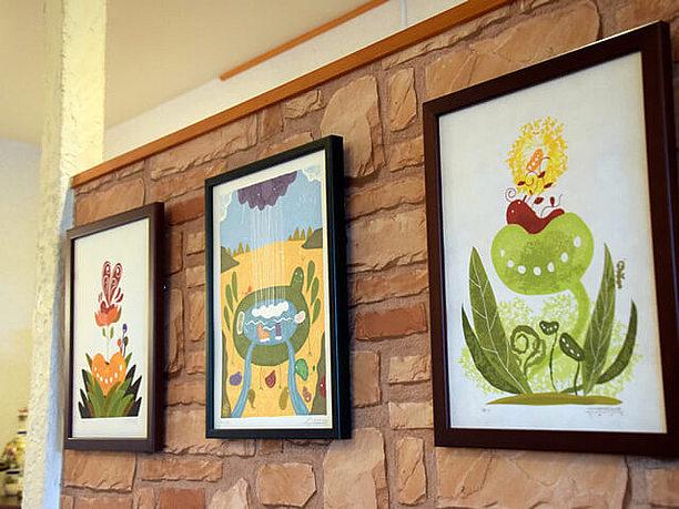 壁に飾られたモロチョさんの作品