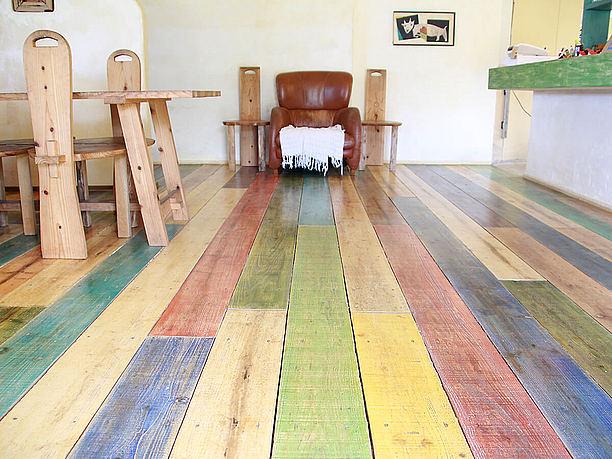 カラフルな床と手作りの家具