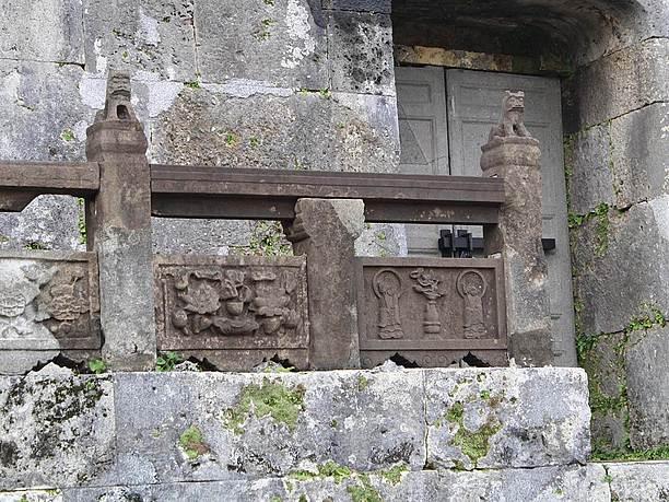 墓室の前の石製欄干