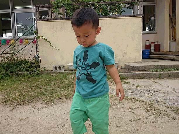 BonmuTシャツを着た男の子