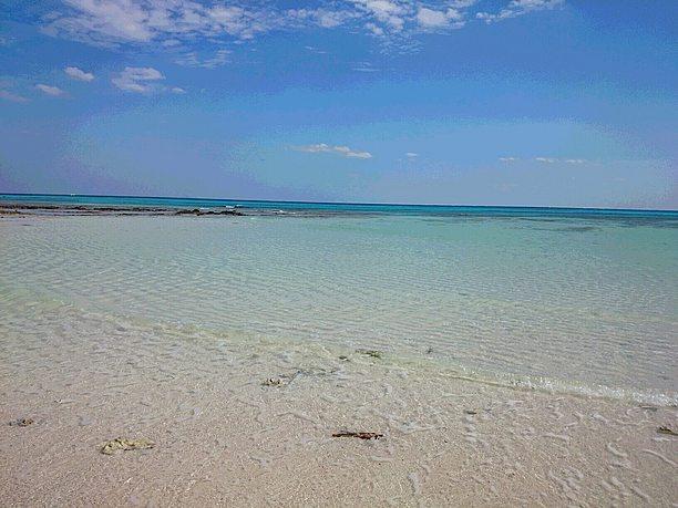 広い浅瀬と青い海