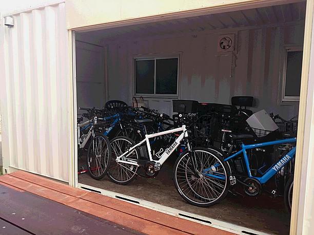 自転車がいっぱいのコンテナ