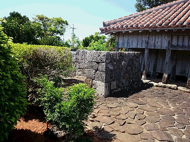上江洲家の石垣
