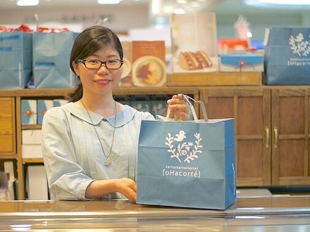 店員さんとオハコルテ那覇空港店の紙袋