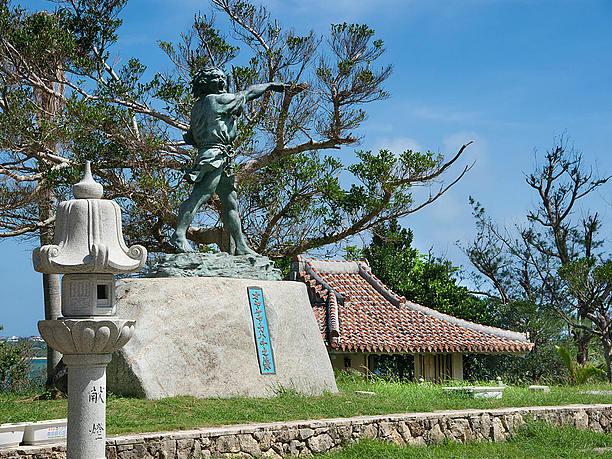 オヤケアカハチの像