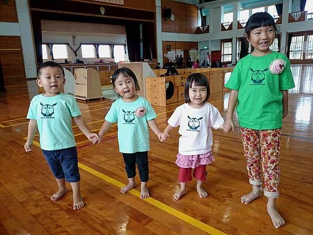 フクロウシャツを着た子供達
