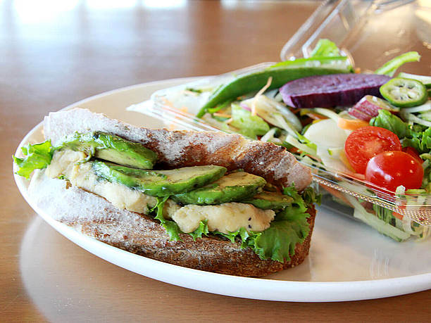 フムスとアボカドのサンドイッチ