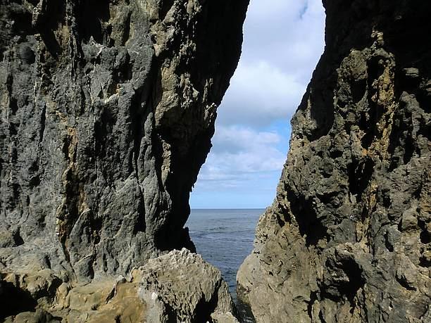 穴から見える海