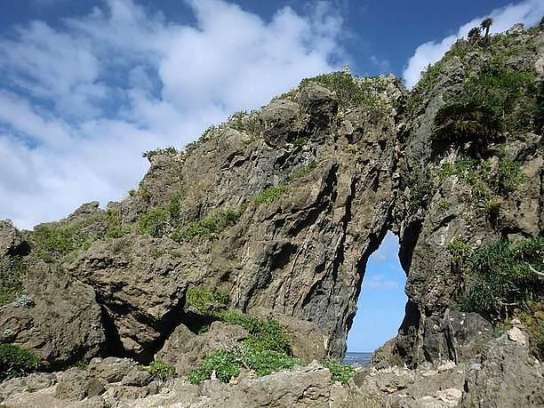 二つの岩がぶつかり合って形成された岩