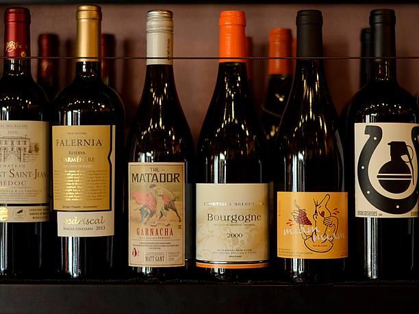 棚に置かれたワイン