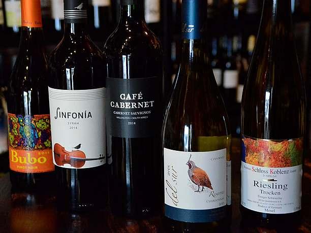 テーブルに並べられていくワイン