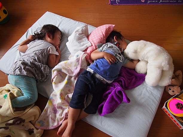 昼寝する子供たち