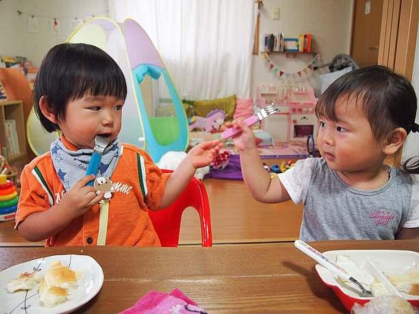 食事する子供たち