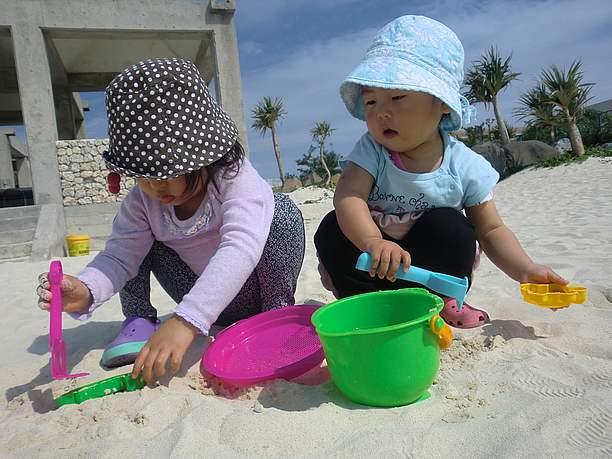 砂遊びを楽しむ子供たち