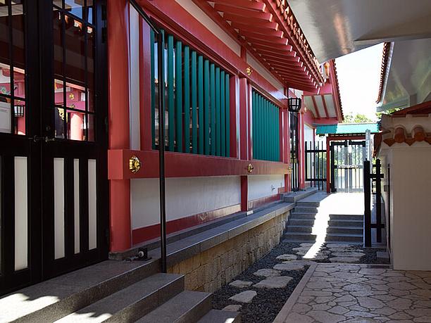 本殿の右脇の扉