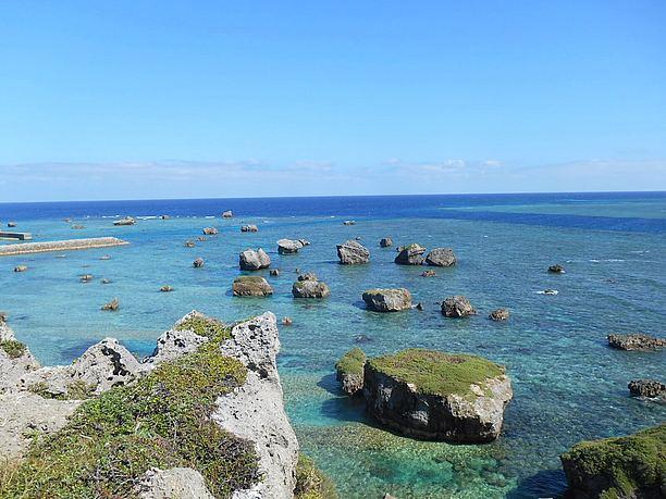 海の中の岩