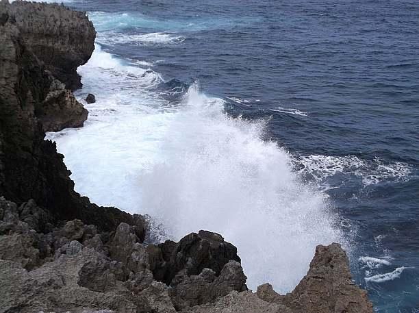 崖に砕ける白波