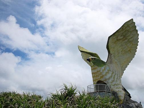 渡り鳥のサシバの形をリアルに再現した展望台