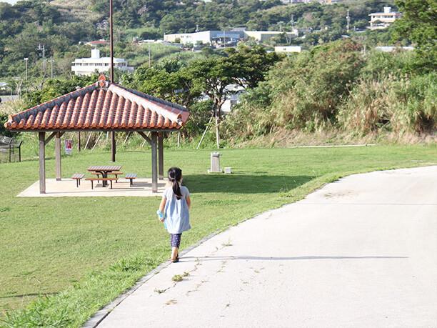 のんびりと公園を楽しむ子供