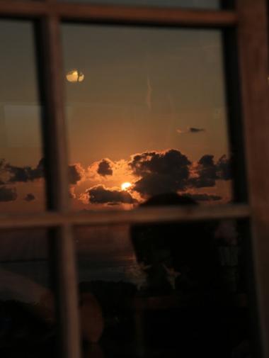 東シナ海に沈む夕日と瀬底島、水納島、伊江島
