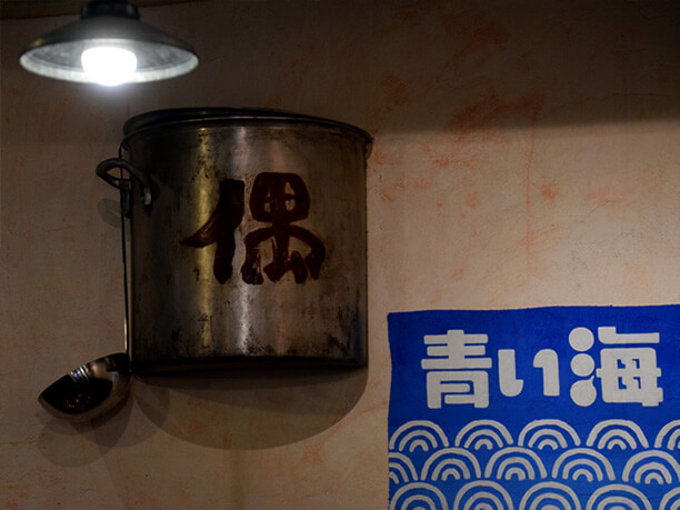 壁面に埋め込まれた寸胴鍋