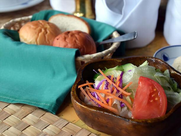 ガーデンサラダと自家製パン