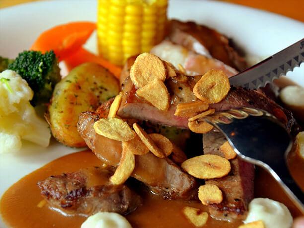 カリカリのガーリックチップとステーキ