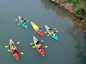 水上のカヤック群