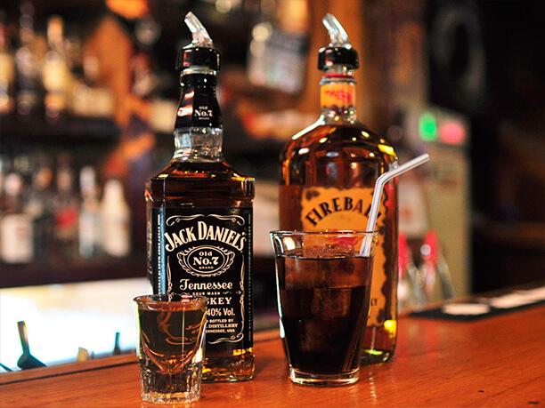 人気のウィスキーコークとウィスキーショット