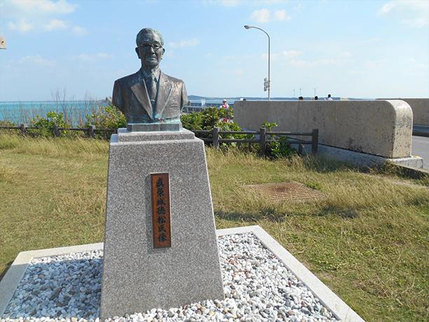 眞栄城徳松氏の銅像