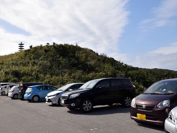 頂上に駐車されているたくさんの車