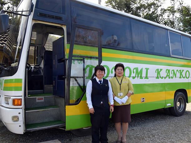 ベテランガイドさんと豊見観光さんの貸切バス