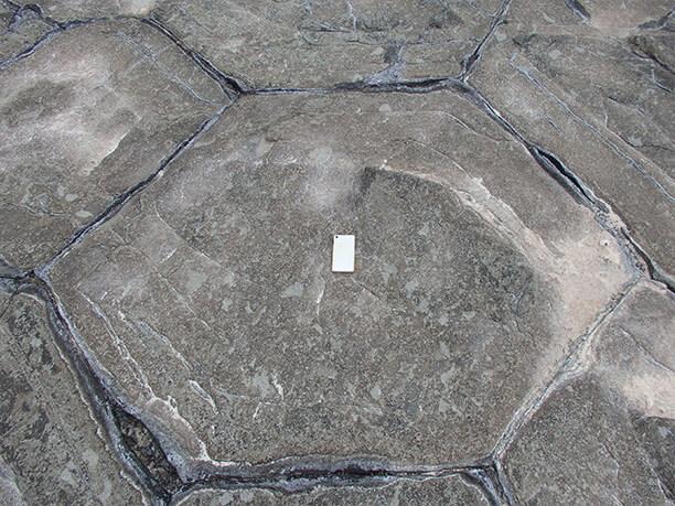 石畳とスマートフォン