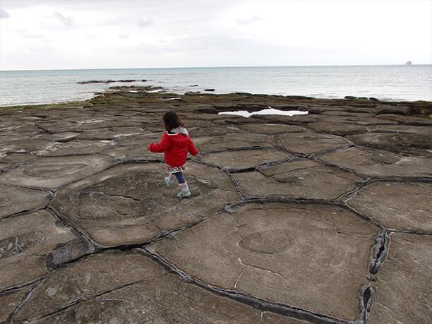 石畳の上を歩く子供