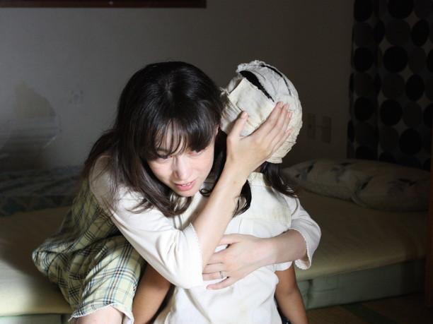 傷ついた子供を抱きしめる母親
