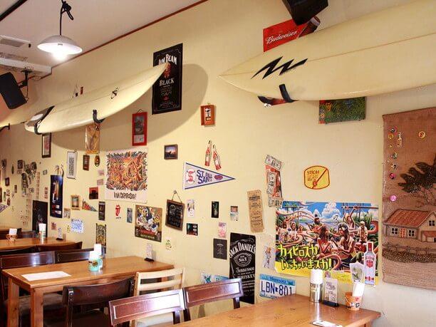 壁に飾られたサーフボード
