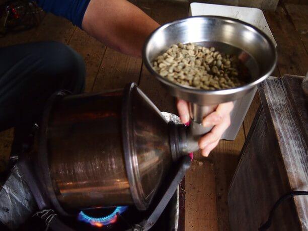 焙煎器に生豆を入れる様子