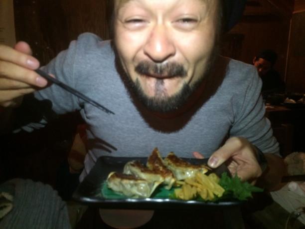 美味しい餃子を食べて笑顔のライター