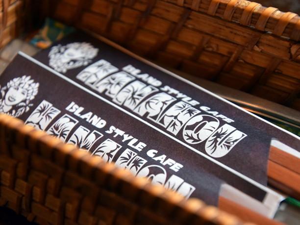 ハワイアンなデザインの袋に入った割り箸