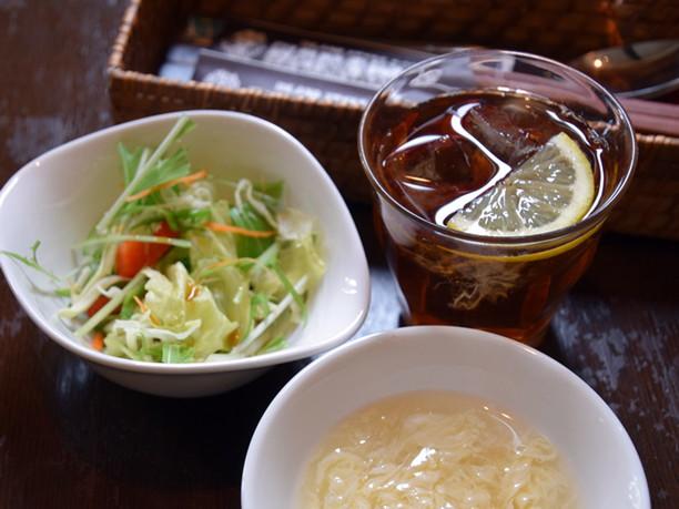卵スープ、アイスティー、サラダ