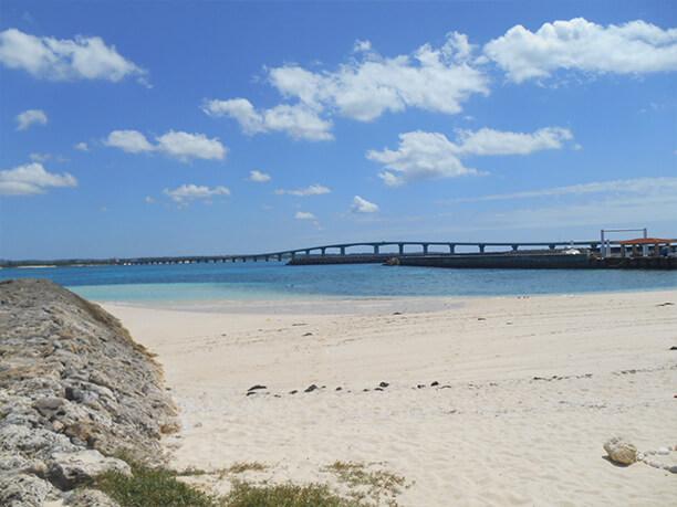 港のわきのビーチ